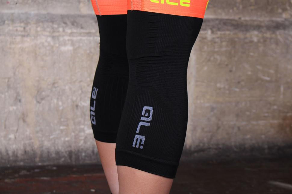 Ale Seamless Knee Warmer SS16 - logo.jpg