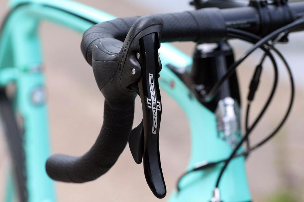 Bianchi Oltre XR3 - bar and shifter 2.jpg