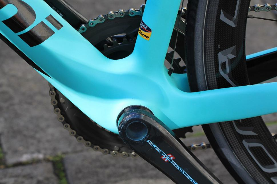 Bianchi Oltre XR4 - bottom bracket.jpg