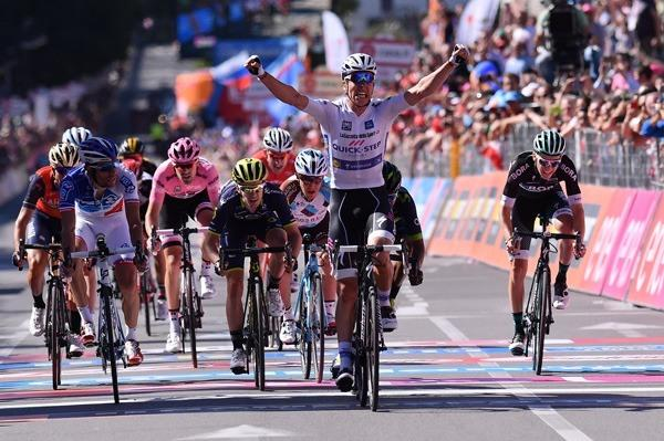 Jungels wins 15th stage as Dumoulin keeps pink jersey