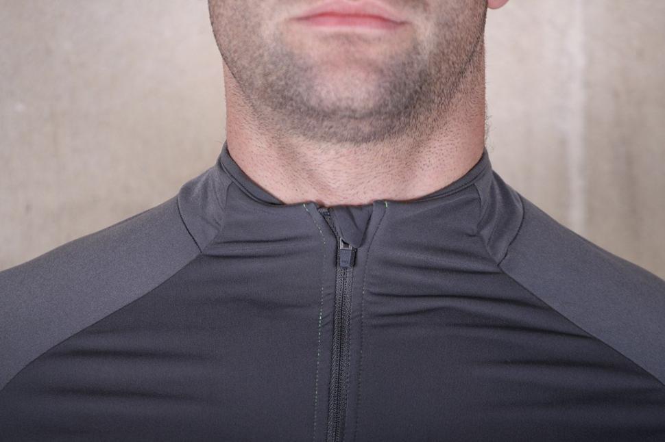 BTwin 700 Warm Long Sleeve Cycling Jersey - collar.jpg