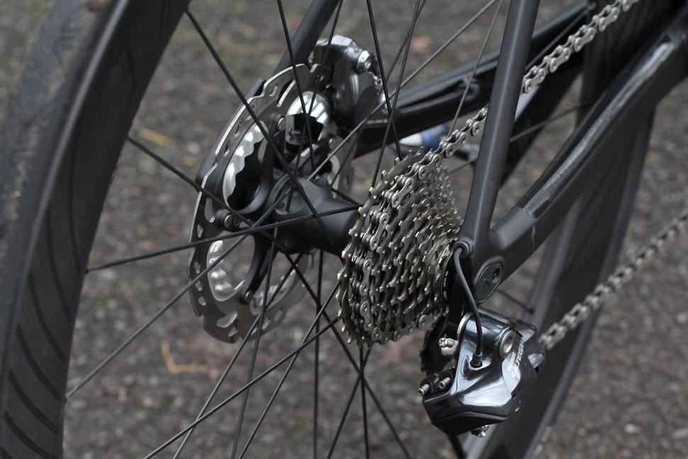 Canyon Aeroad CF SLX Disc 8.0 Di2 - rear hub and cassette.jpg