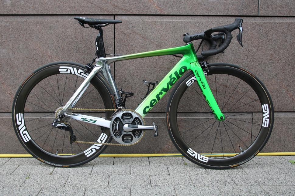 tour tech  mark cavendish u0026 39 s cervelo s5 with an f1 paint