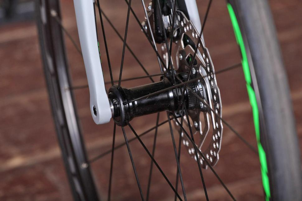 Cube Attain GTC Pro Disc - front hub.jpg