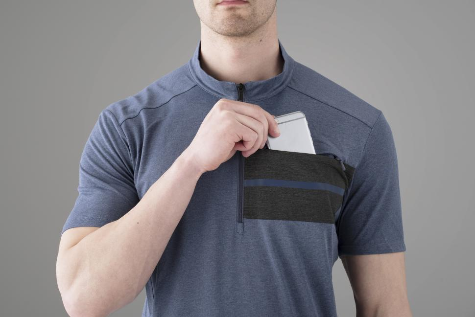 CW-JSCS-QS41MS_F04_Secure-zippered-chest-pocket-fits-the-majority-of-large-screen-phones_02.jpg