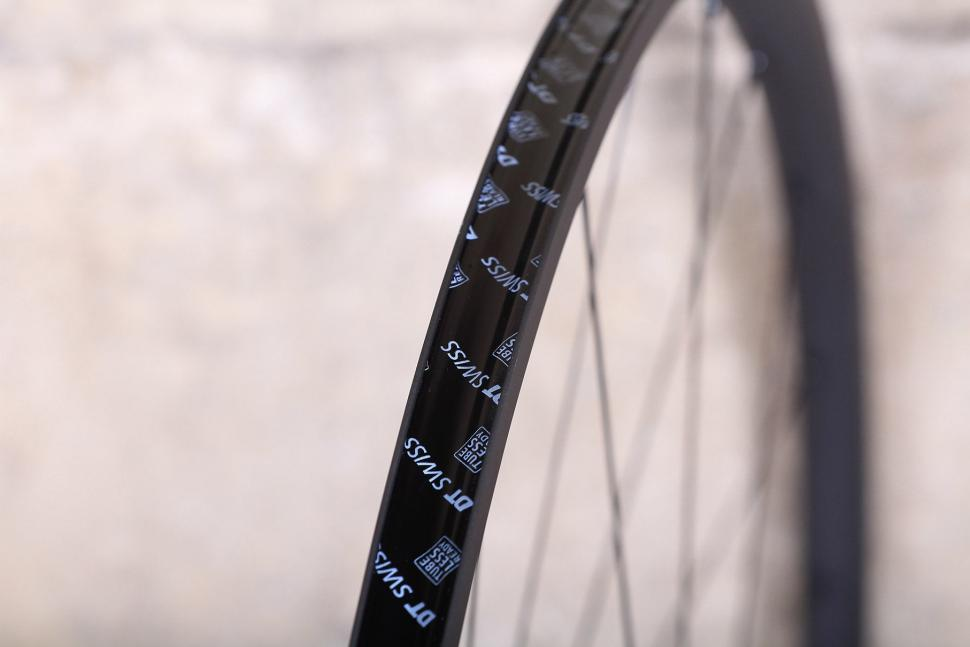 DT Swiss PR 1400 Dicut Oxic Performance road wheel - rim bed.jpg