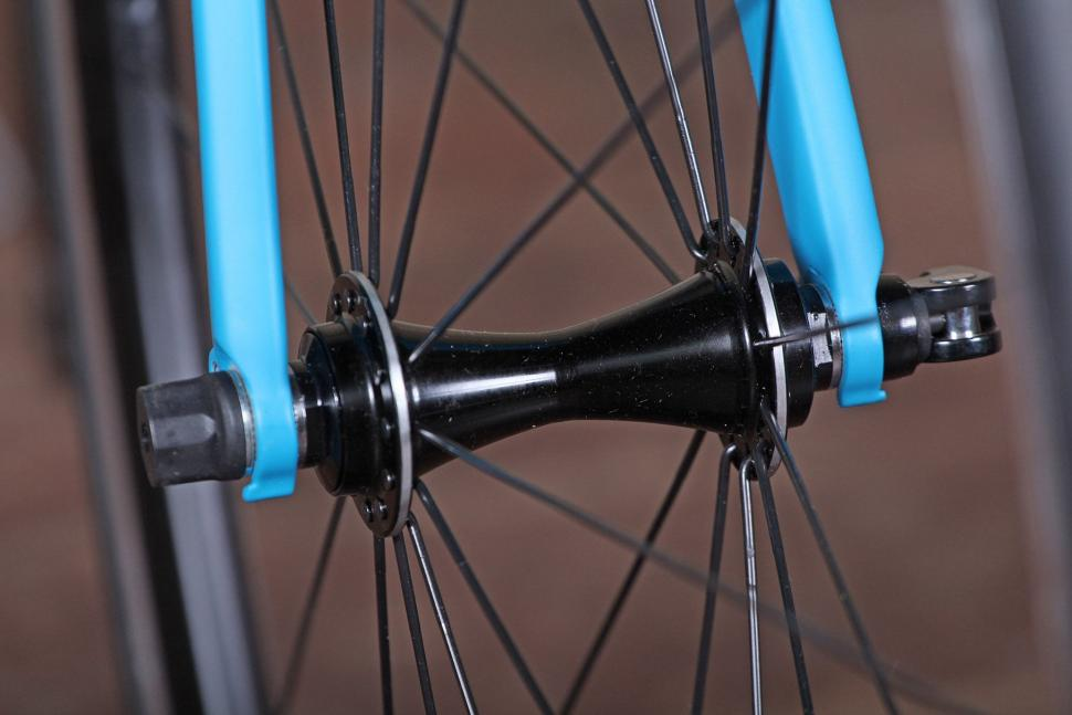 Giant Contend SL - front hub.jpg