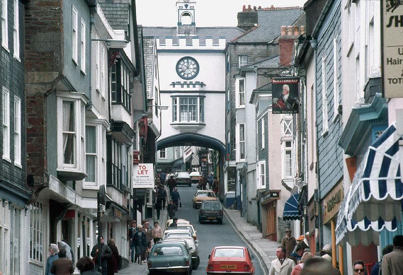Totnes High St (copyright Manfred Heyde:Wikimedia Commons).jpg