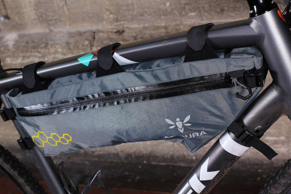 Review Apidura Mountain Frame Pack Large