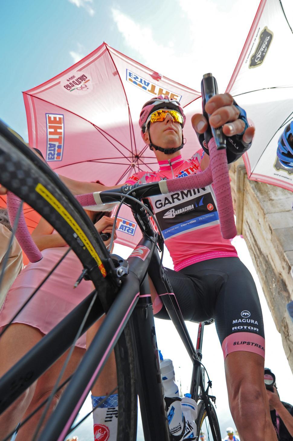 Giro 2012 S8 Hesjedal maglia rosa (Fabio Ferrari - LaPresse - RCS Sport)