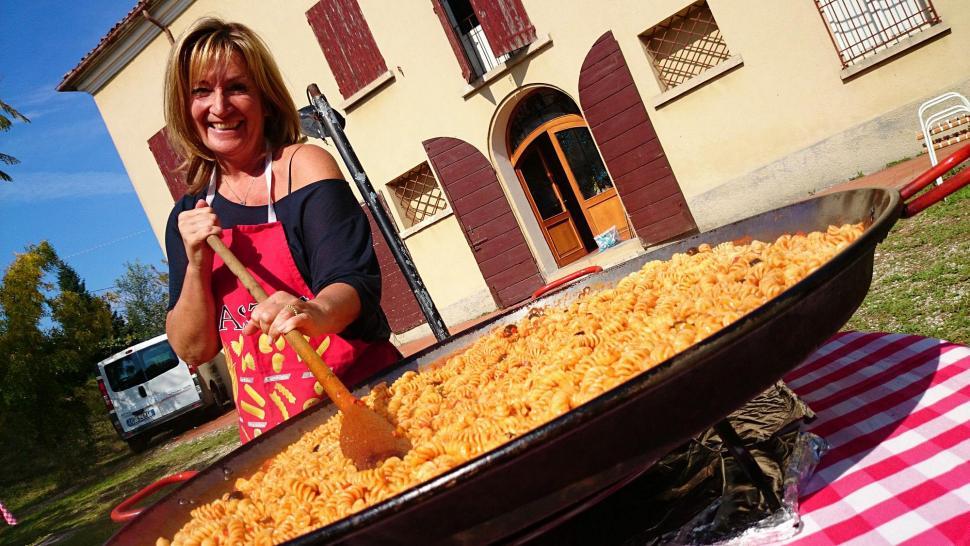 Barbecue - Marina stirring the pasta