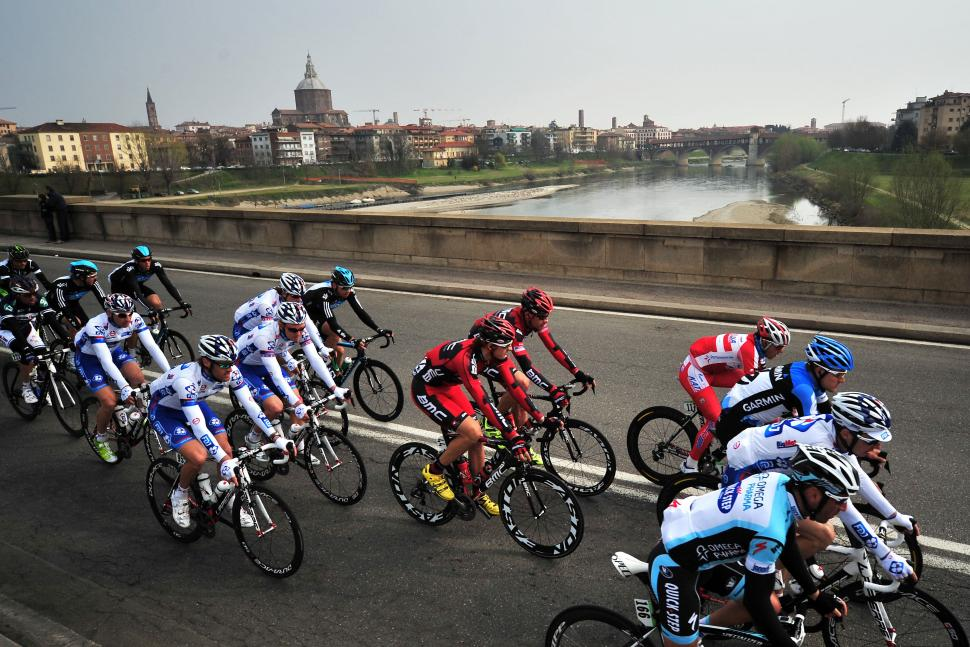 Peloton passes Pavia Milan-San Remo 2012 (© Daniele Badolato, LaPresse via RCS Sport)