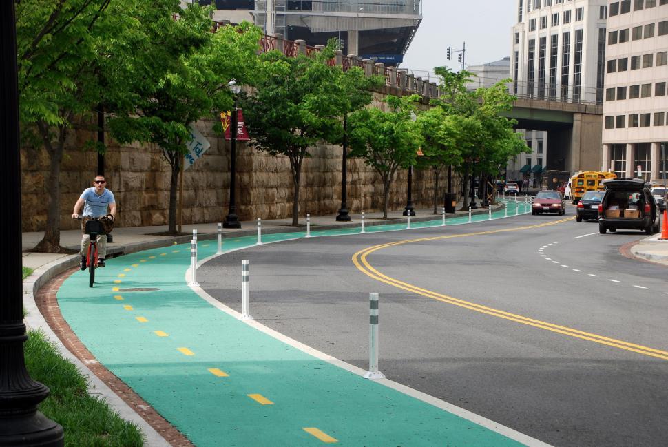 A segregated bike lane in Washington DC (CC BY-NC-ND 2.0 license by BeyondDC:Flickr)