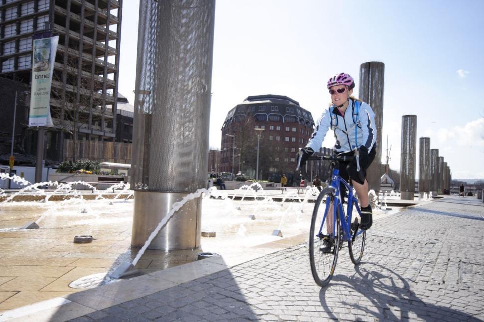 Bike commuting (CC BY-NC-SA 2.0 Dave Atkinson:Flickr) 01