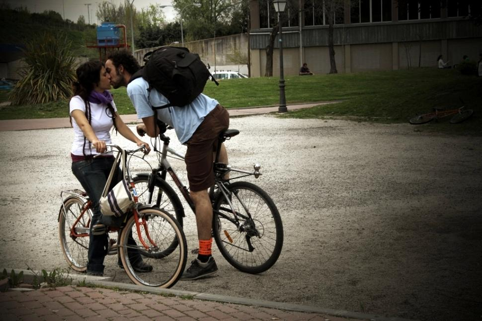 Bike romance (CC-BY-SA licenced by rebecapaz:Flickr)