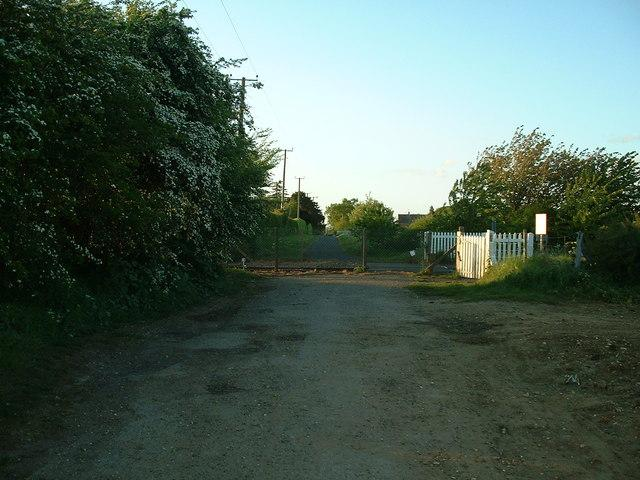 Cattishall level crossing (licensed under CC BY-SA 2.0 by Keith Evans via Geograph.org.uk)