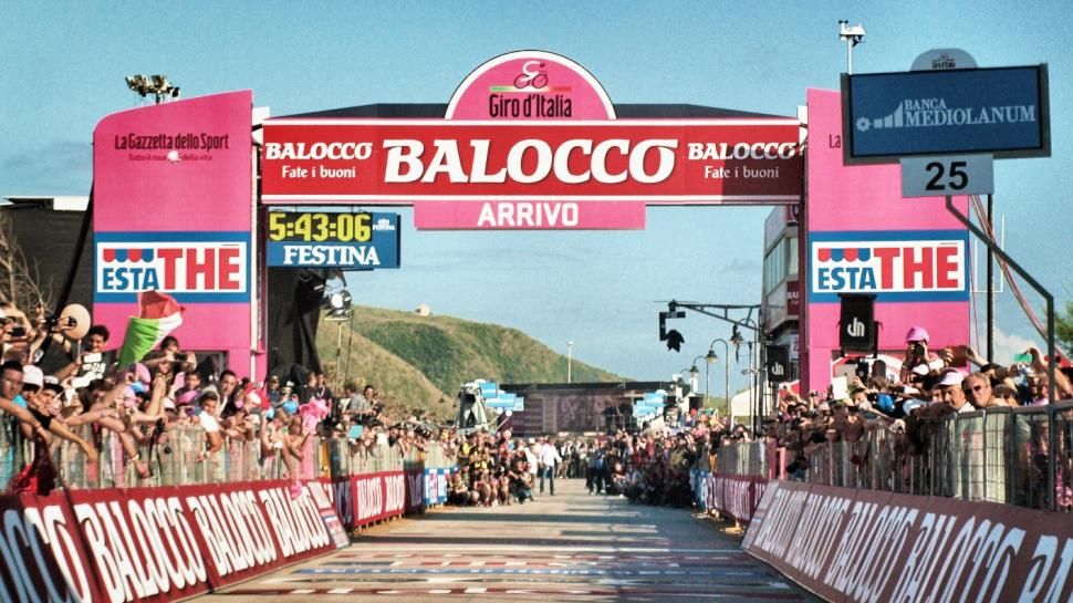 Giro Finish (copyright Simon MacMichael)