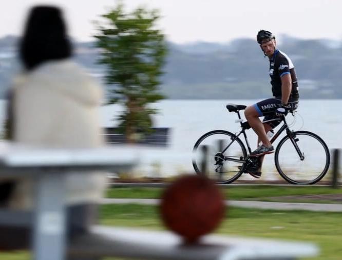 Andrew Hellinga's backward riding style (Pic: EW Australia's Facebook)