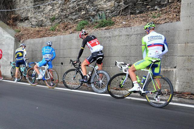 Milan San Remo riders relieve themselves(© Daniele Badolato, LaPresse via RCS Sport)