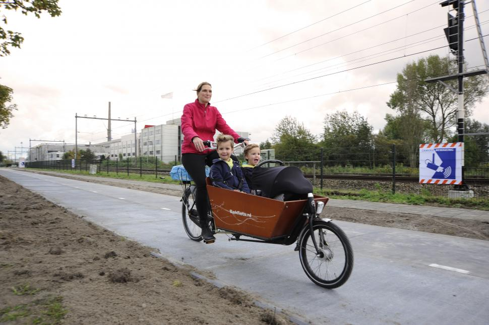 SolaRoad and Bakfiets (image courtesy SolaRoad)
