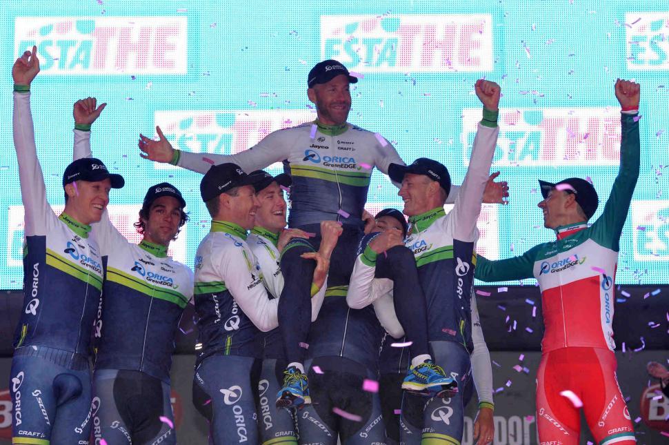 Svein Tuft held aloft by Orica-GreenEdge team mates, Giro 2014 S1, photo credit LaPresse