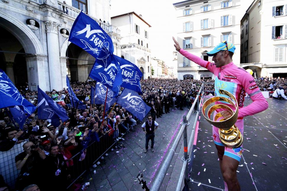 Vincenzo Nibali greets fans after winning 2013 Giro (Daniele Bottallo, LaPresse, RCS Sport)
