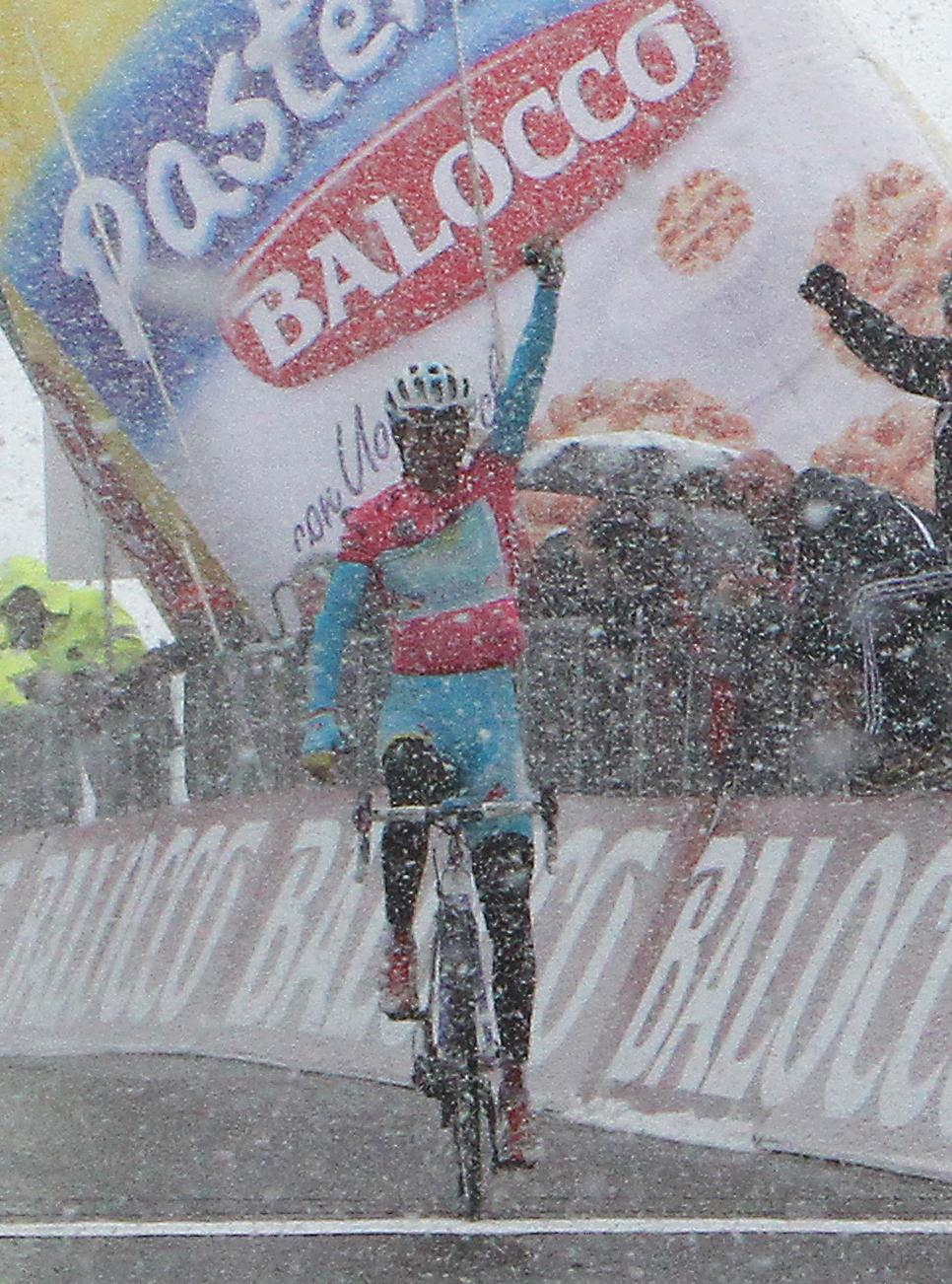 Vincenzo Nibali wins in the snow at Tre Cime di Lavaredo (picture RCS Sport)