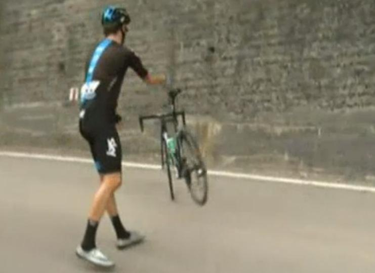 Wiggins parking his bike (Eurosport screenshot)