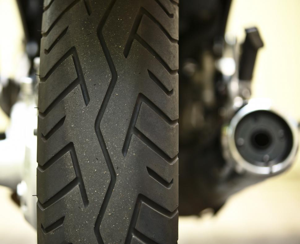 moto tyre tread (CC BY-SA 2.0 dvanzuijlekom:Flickr)