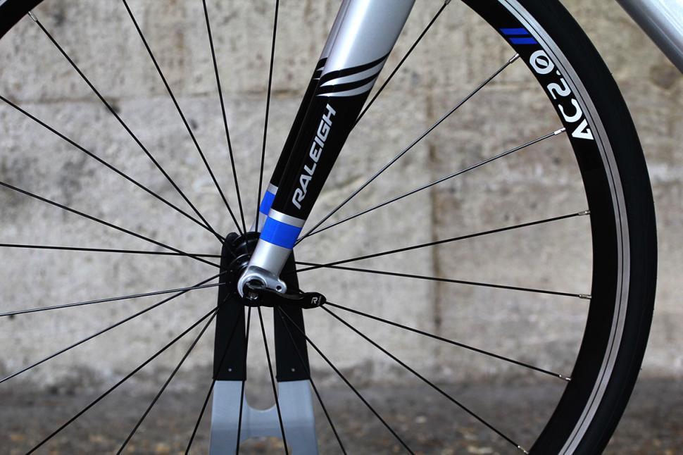 Raleigh Criterium Sport - fork detail
