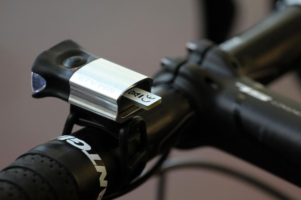Lezyne KTV Drive Pro Pair - front USB connector.jpg