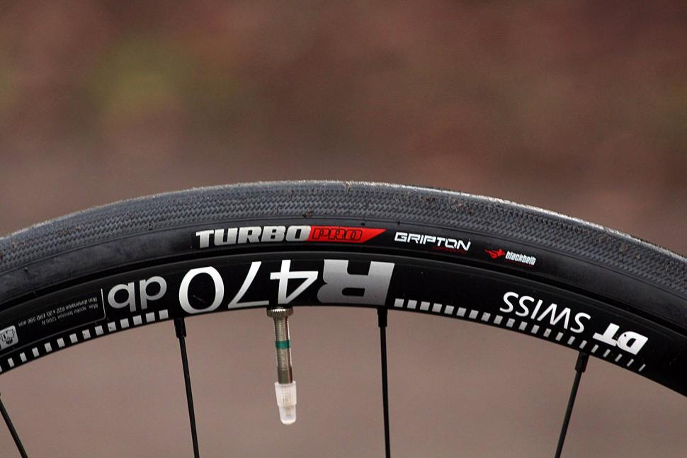 Specialized Roubaix Expert - tyre.jpg