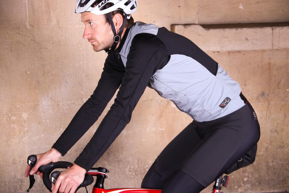 Sportful R&D Strato Top - riding.jpg