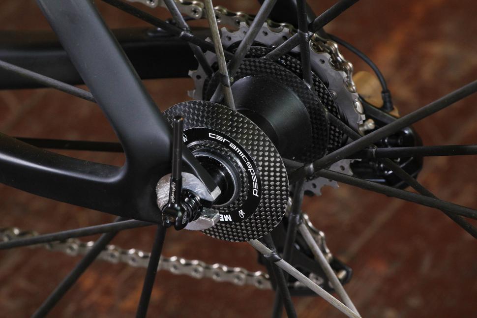 Storck Aerfast Platinum - rear hub.jpg