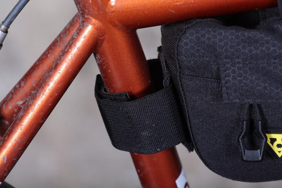 Topeak Midloader - seat post strap.jpg