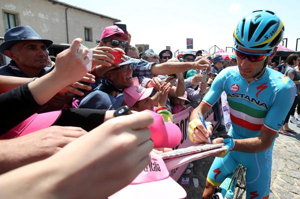 Vincenzo Nibali signs autographs at 2016 Giro d'Italia (PHOTO CREDIT ANSA - PERI - DI MEO - ZENNARO).jpg