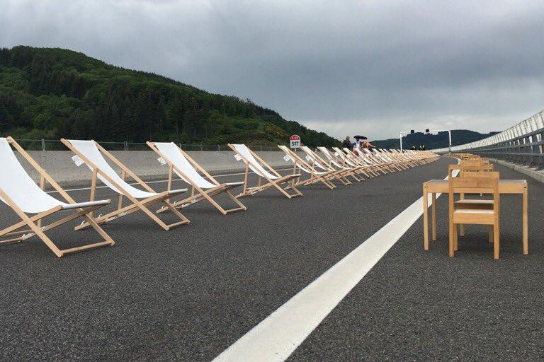 Deckchairs on French motorway (image by @BenjaminSirvent)