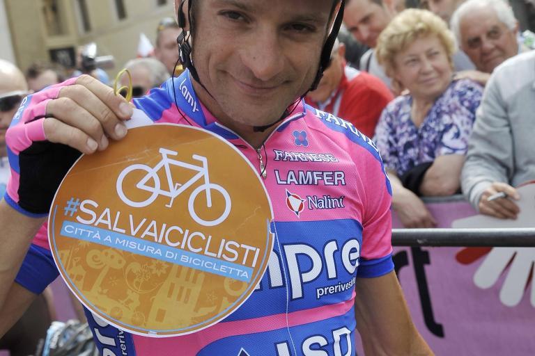 Giro 2012 S11 Scarponi Salvaiciclisti (Gian Mattia D'Alberto - LaPresse - RCS Sport)
