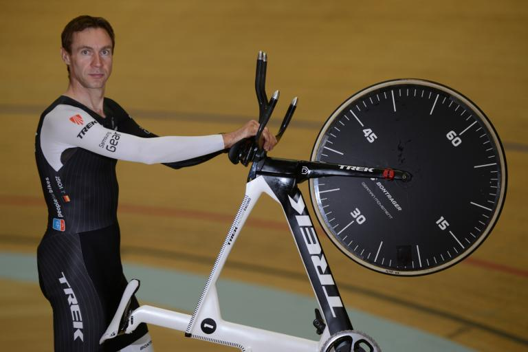 Jens Voigt Hour Record 20 - Jens with bike on back wheel close (©Maxime Schmid)