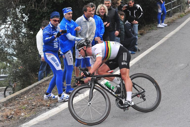 Mark Cavendish descends after struggling on Le Manie (© Daniele Badolato, LaPresse via RCS Sport)