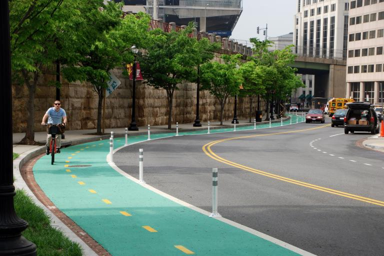 A segregated bike lane in Washington DC (CC BY-NC-ND 2.0 license by BeyondDC:Flickr)
