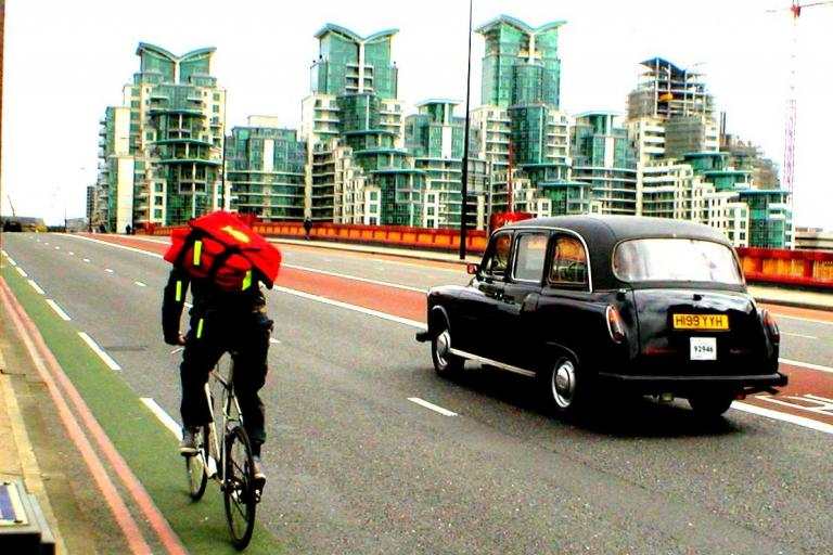 Cyclist and cab (CC BY 2.0 David Bleasdale:Flickr)
