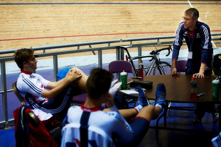 GB endurance coach Paul Manning talks to Jon Dibben and Chris Latham (copyright Britishcycling.org.uk)