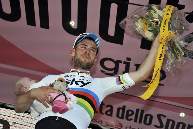 Giro 2012 S5 Mark Cavendish and daughter (pic Gian Mattia D'Alberto:LaPresse:RCS Sport)