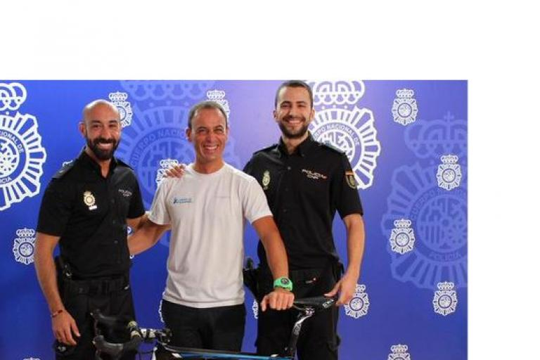 Policia Nacional return stolen bike to Orica-GreenEdge (source Policia Nacional on Twitter)