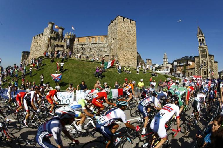 Ponferrada 2014 - men's U23 race passes the castle (pic credit Ponferrada 2014)