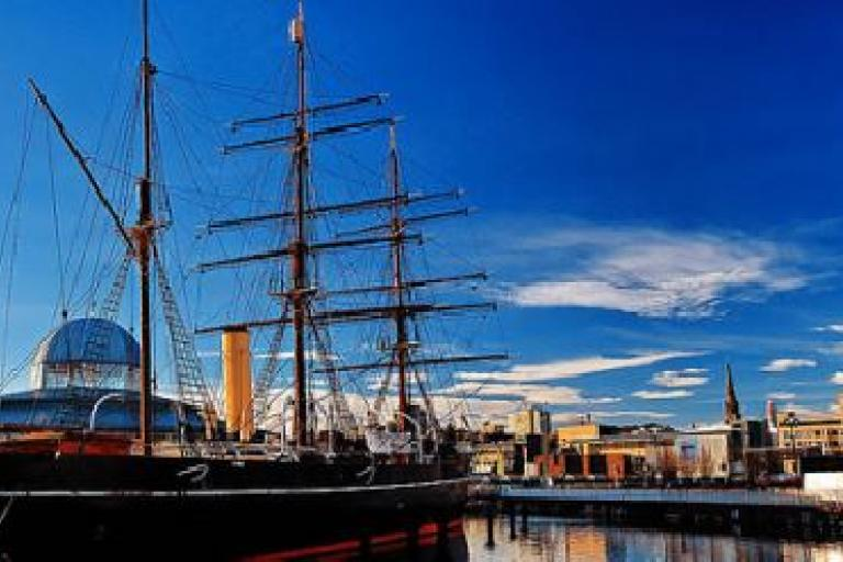 RRS Discovery and Dundee City Centre (public domain, pic credit PlutosAcademy)