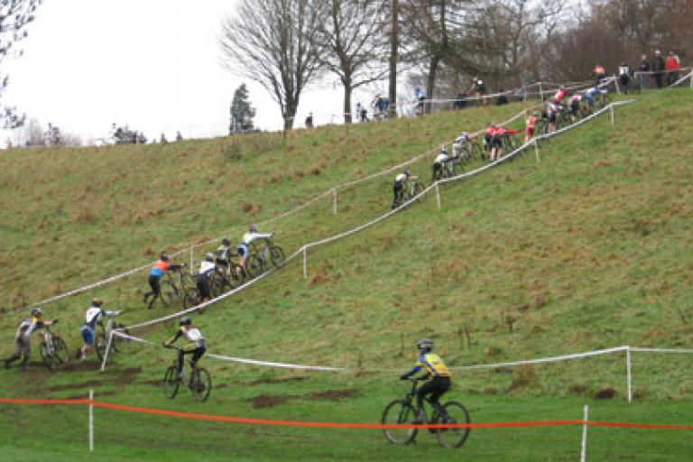 09 SCX Champs - Youth riders hit the run up for the first time (pic - Andy Wardman)