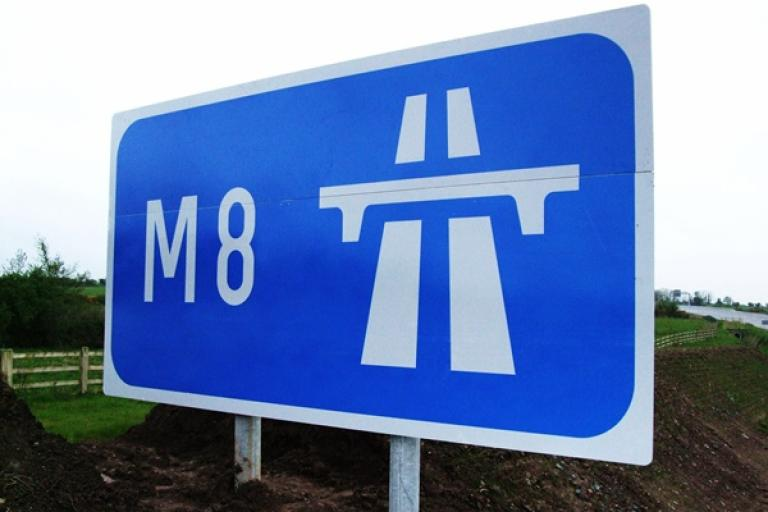 M8 sign (Wikimedia).JPG