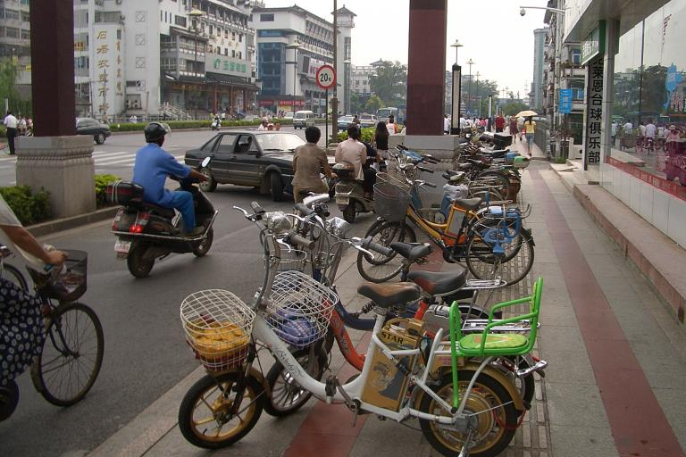 Yangzhou-WenchangLu-electric-bicycles by Vmenkov (https://commons.wikimedia.org/wiki/User:Vmenkov)